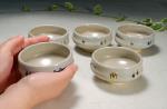 奈良絵 小茶碗B持った感じの写真